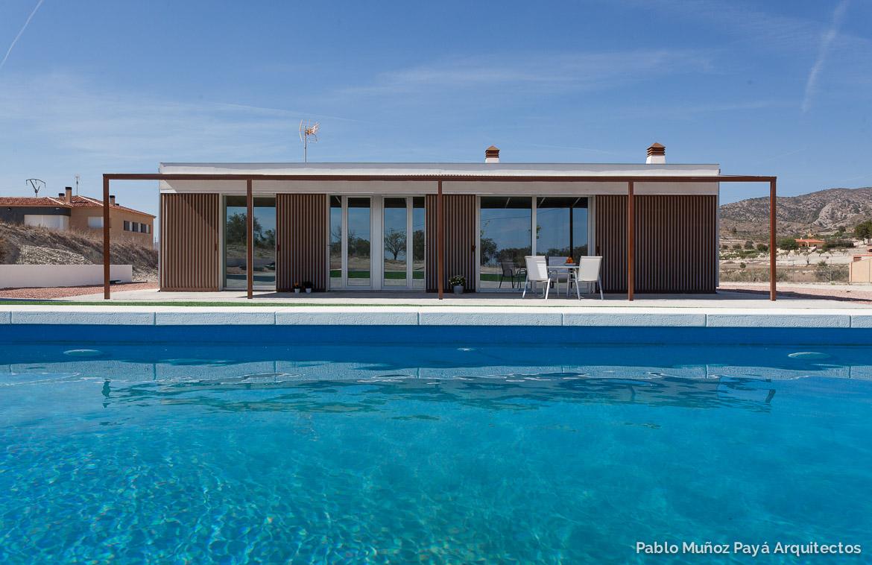 52af131cdbecc Fotografía exterior rejas abiertas y piscina - Casa de fin de semana  low-cost ...